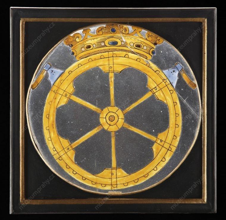 Okenní tabulka smlynářskými znaky (palcové kolo, tesařské širočiny), Čechy, 2. polovina 17. století, sklo, malba emaily, MMP H 005 677.